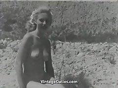 Blondes sonnenbadendes haariges FKK-Mädchen (1950er Jahre Vintage)
