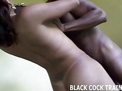 Mein großer schwarzer Transenschwanz geht tief in deinen Arsch