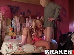 Teen blonde en queue de cochon. Sa première fois dans une vidéo xxx!