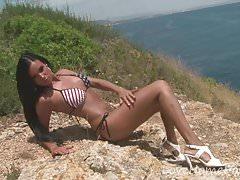 Pożądana piękność uwielbia być naga na plaży