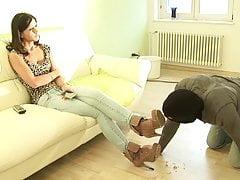 Lo schiavo si lecca la polvere dagli stivali