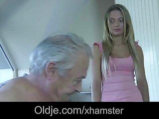 年輕的女僕嘴裡滿是射液後他媽的老闆老雞巴