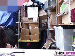 Gal Ginebra toma el pene para robar en una tienda