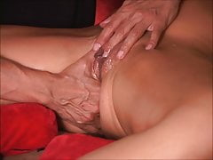 Amazing squirt guru keeps MILF cunt gushing like fountain