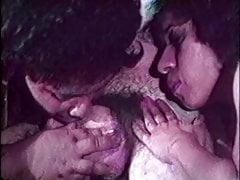 Une énorme lesbienne noire en surpoids lèche un homme et une fille blancs