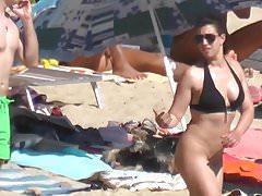 brune pantyless montre sa chatte et le cul plage