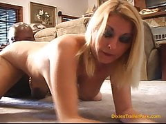 Dziwka żona FUCKS the Black Plumber