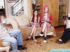 Amateur Teens Trio mit frechen Oldguys