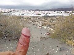spiaggia di masturbazione di fronte a due ragazze in cima meno con sperma