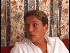 Oma Arsch auf dem roten Sofa gefickt