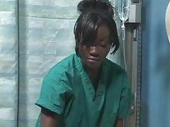 Il tipo giapponese asiatico scopa la ragazza nera dell'ebano in ospedale