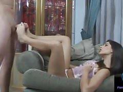 Zobacz piękną seksowną brunetkę Zafira w akcji footjob