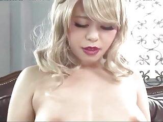 亞洲女孩在她的大乳頭插入振動器