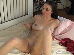 Yanks Brunette Sandra Syn reibt sich ihren Schwanz
