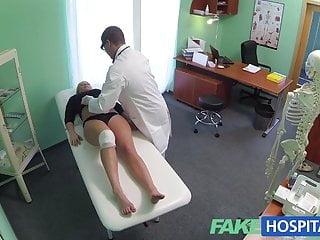假醫院厚厚的美麗金發女郎讓醫生操她