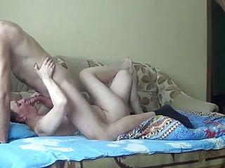 俄羅斯成熟的母親他媽的與年輕的男孩