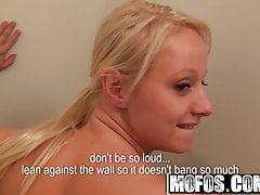 Euro blondynka Tonya ssie kutasa za wydawanie pieniędzy - MOFOS