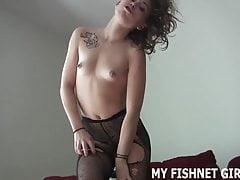 Cítím se jako taková sexy děvka v těchto rybích sítích JOI