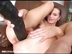 Śliczna nastolatka Suzie wypełniająca swoją ciasną cipkę olbrzymim wibratorem