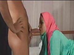 La donna musulmana lo sveglia fino a scopare