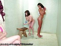 Masseuse lesbienne NuruMassage baisée par des filles du collège