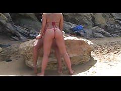 Ragazze sexy che lampeggiano sui bikini della spiaggia