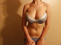 süße junge Stiefmutter mit großen natürlichen Titten ficken Dildo