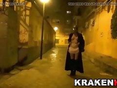 Dziwna scena BDSM na ulicy z gorącym MILF