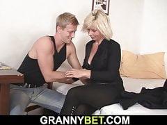 On pieska pieprzy gorącą blondynkę dojrzałą kobietę