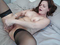 MILF impertinente do Reino Unido adora sexo duro