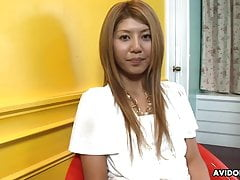 Flat Chested Babe Rie Mihara spielt sich selbst und masturbiert so