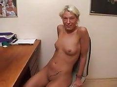geile Blondine während eines Castings