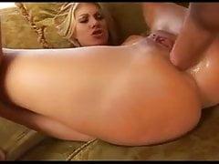 Blonde Tiffany wird in den Arsch gefickt