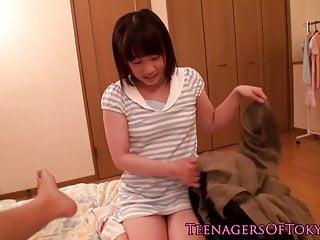 无辜的日本青少年吮鸡巴和燕子