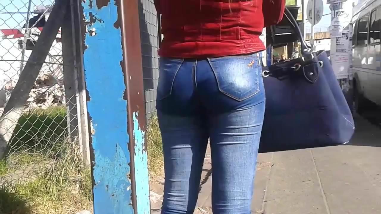Hermoso culito en jeans de mami en la parada – Ass street