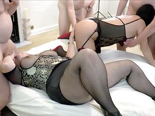 Blowjob Big Tits Milf video: Zwei reife Frau wird gangbanged