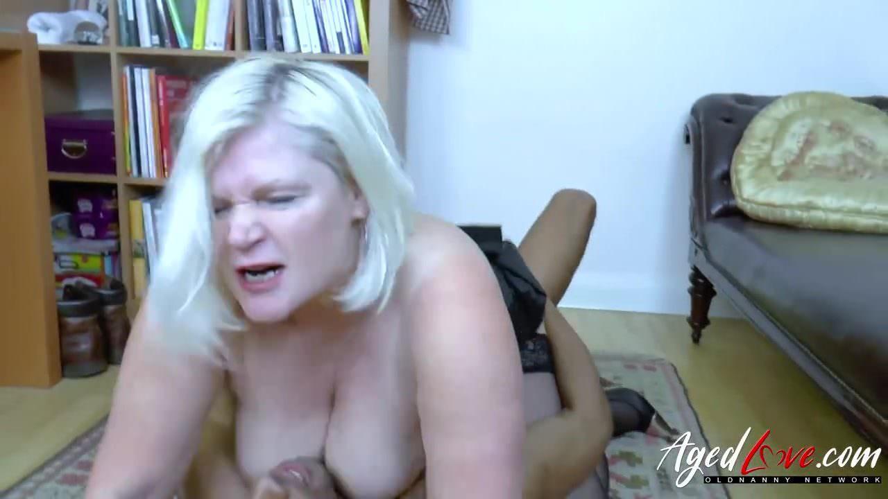 Зрелая женщина мастурбирует ххх