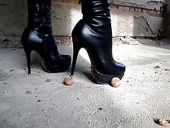 Rozdrtit matice s botami s vysokými podpatky
