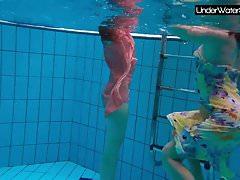 Bubarek und Birtakik genießen einander im Pool