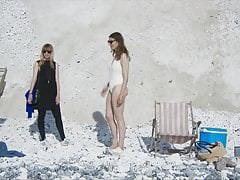 Piccole tette adolescenti sulla spiaggia