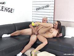 Melonechallenge - Porno Dan le muestra a Mea Melone como follar el culo