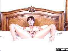 Catalina Cruz oliwi swoje ogromne piersi i masturbuje się w tyłek