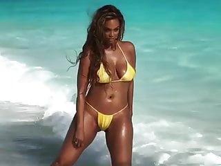 Beach Big Tits Bikini video: Tyra Banks  Bikini Photoshot BTS SI 2019