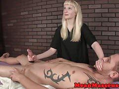 La massaggiatrice adolescente dominante utilizza la corda sul cliente