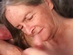 Oma liebt es, ihm zuzusehen