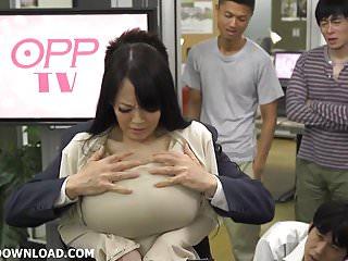 巨乳山雀亞洲舔她巨大的胸部