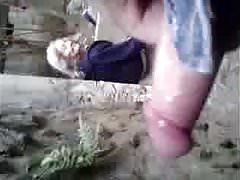 ed nonnina mostra le sue tette nel parco