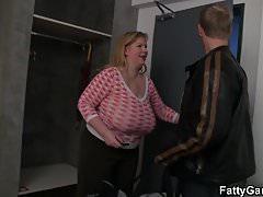 Riesige Brüste mollig blonde reitet Hahn