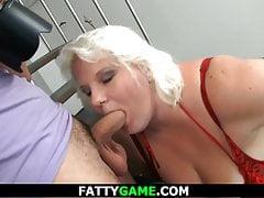 Große blonde Frau wird von hinten gefickt