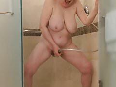 Zobacz, jak GILF wysiada pod prysznicem